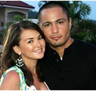 Actor Derek Ramsay denied that he's now dating another girl just days after his much-publicized break-up with longtime girlfriend Angelica Panganiban. The actor posted the denial on his official Twitter account even as he refuted accusations that he is seeing and dating actress-model Sam Pinto.