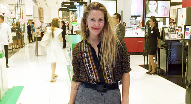 """Holywood actress Drew Barrymore is currently in Manila to promote her make-up line Flower Beauty. Barrymore surprised her Filipino fans on Tuesday by posting a photo of herself on Instagram at SM Makati with captioned, """"We're in Manila! #brandingtrip2016 for @flowerbeauty exploring the incredible @smmakati […]"""